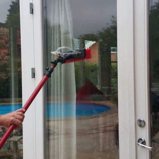 Vinduespudsning af hus med kalkfrit vand