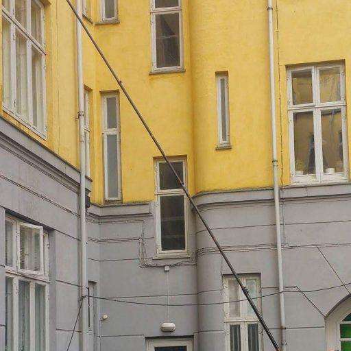 vinduespudsning af erhvers bygning